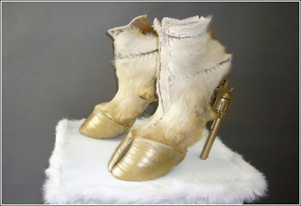 Необычная обувь Айрис Шниферштейн в золотистых тонах