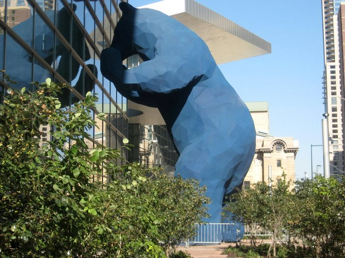 12-метровый синий медведь: монументальная скульптура Лоренса Арджента