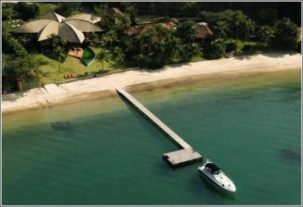 Дом-шалаш с крышей из «листьев» на морском берегу