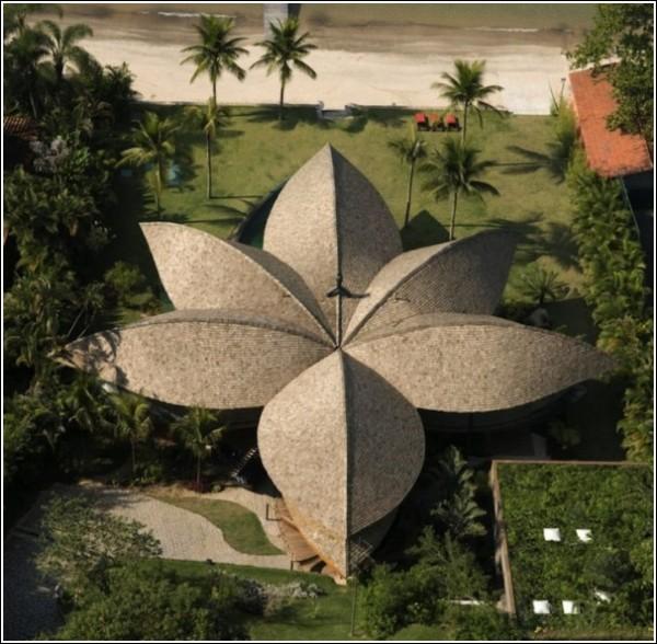 Дом-шалаш с крышей из «листьев»: архитектурное творение Иво Марейнеса и Рафаэля Паталано