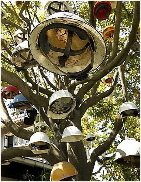 Инсталляция из 57 касок на дереве