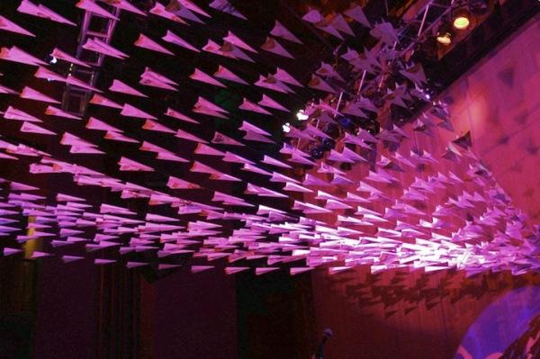 Летучие оригами: самолетики Мэтью Паркера, застывшие в воздухе