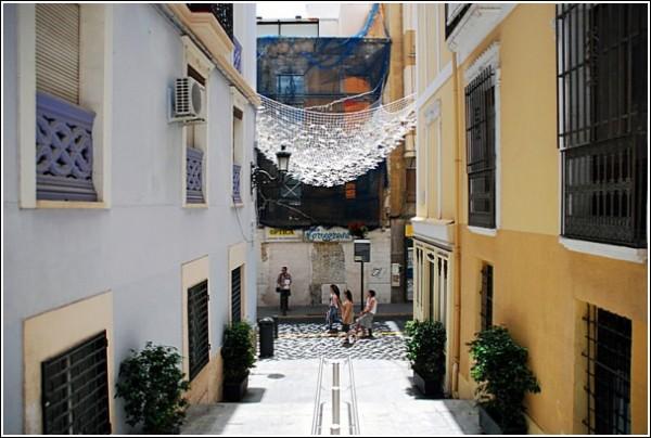 Бумажные фигурки, дающие тень: полог над улицей