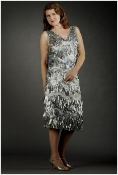 Трэш-кутюр: вечернее платье, отделанное полосками алюминия