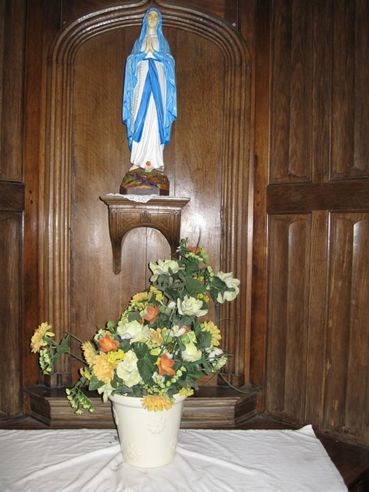 Интерьер католической часовни внутри дуба