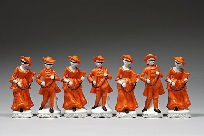 Осовремененные фарфоровые фигурки Пенни Бирн: тюрьма в Гуантанамо
