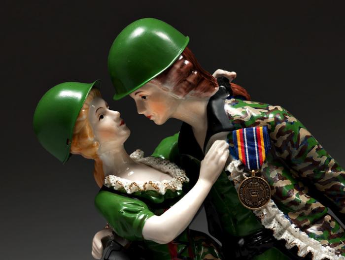 Осовремененные фарфоровые фигурки Пенни Бирн: война и мир
