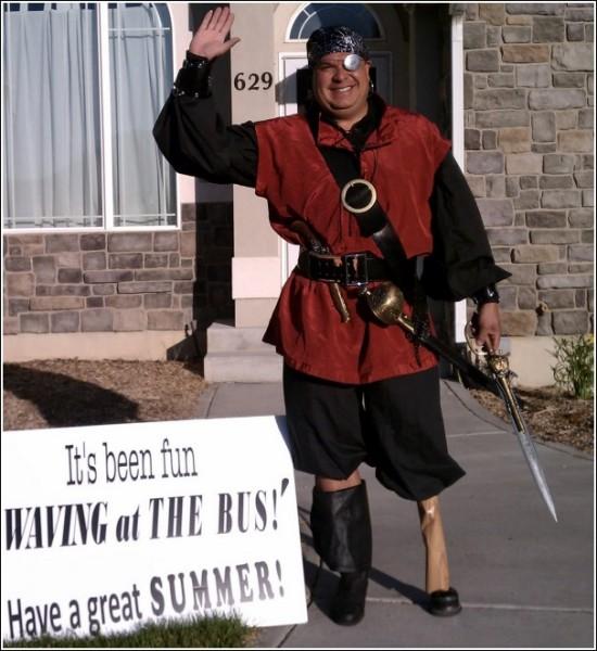 Сына, помаши папе! Забавные фотографии с автобусной остановки: последний день костюмированного шоу