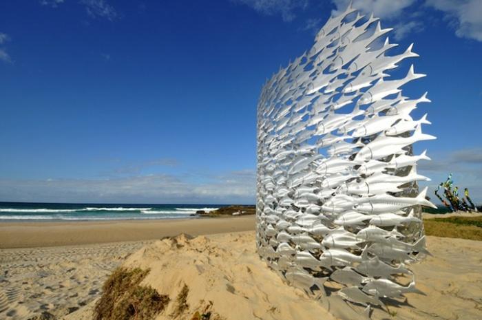 Серебристая скульптура австралийца Ричарда Хоуви