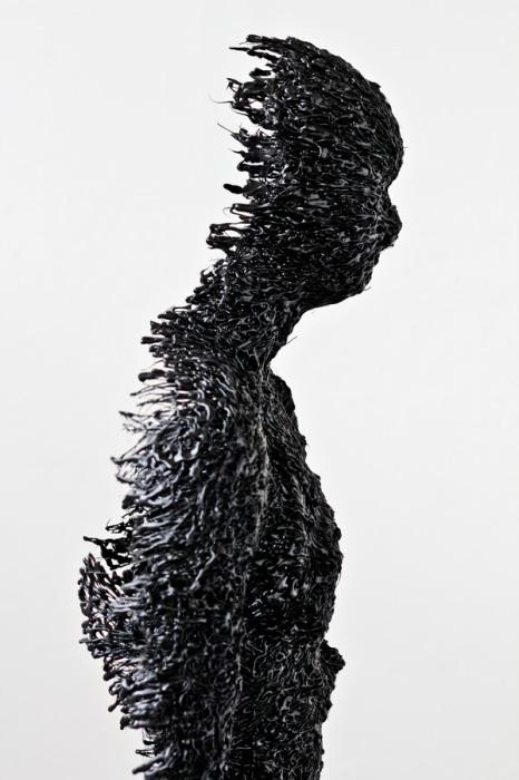 Скульптура, из которой торчат иглы