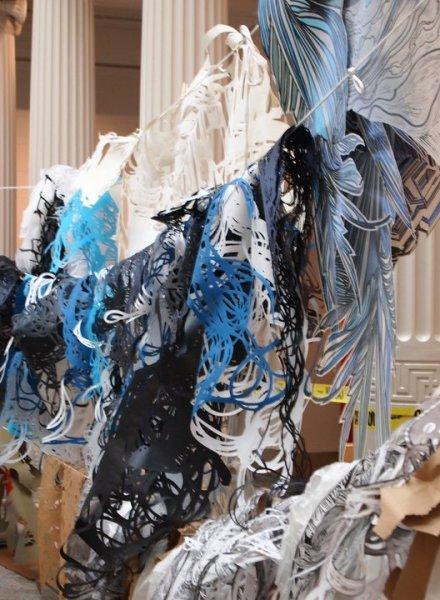 Инсталляция на морскую тематику: бумажные водоросли