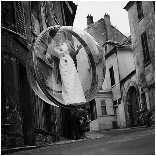 Девушка в шаре: черно-белые снимки Мелвина Соколски