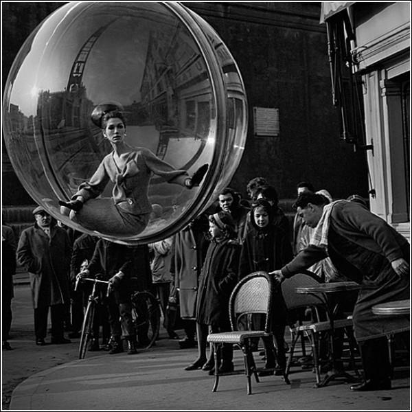 Девушка в шаре черно белые снимки