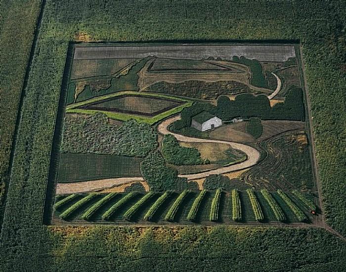 Пейзаж в квадрате. Красная точка в правом нижнем углу - трактор