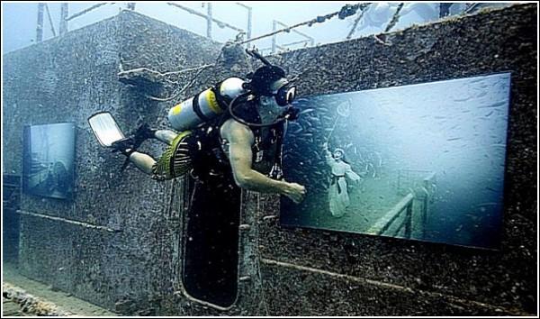 Девочка ловит рыбок: подводные фотографии и коллажи Андреаса Франке