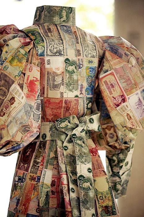Платья Сьюзен Стокуэлл из настоящих банкнот