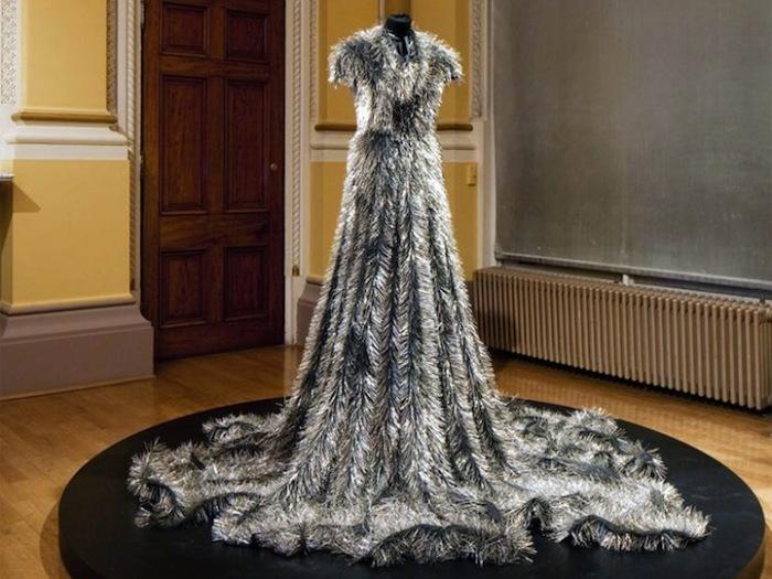 Колючая «Вдова»: нарядное траурное платье из булавок