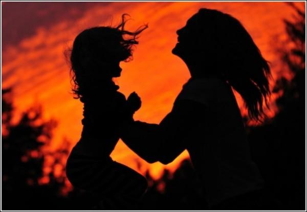 Силуэты на закате: дочки-матери