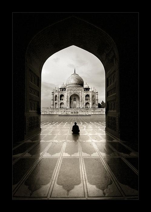 Взгляд из-под свода: черно-белые снимки Тамера Аль-Тассана
