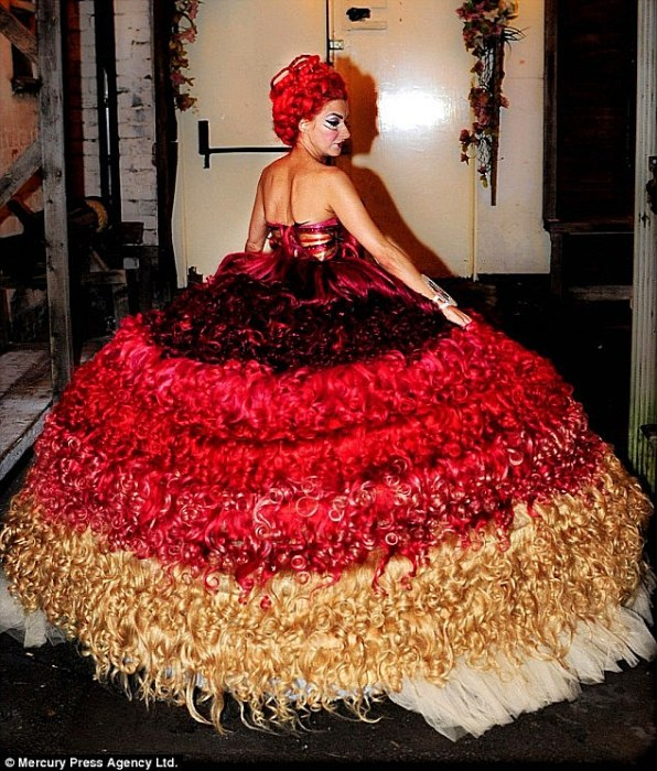 Платье из человеческих волос: вид сзади