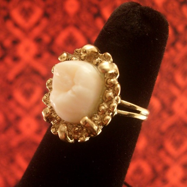 Оригинальные украшения: кольцо с человеческим зубом