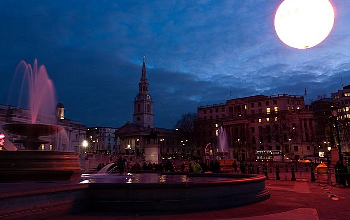 Искусственное солнце на Трафальгарской площади: инсталляция с рекламным уклоном