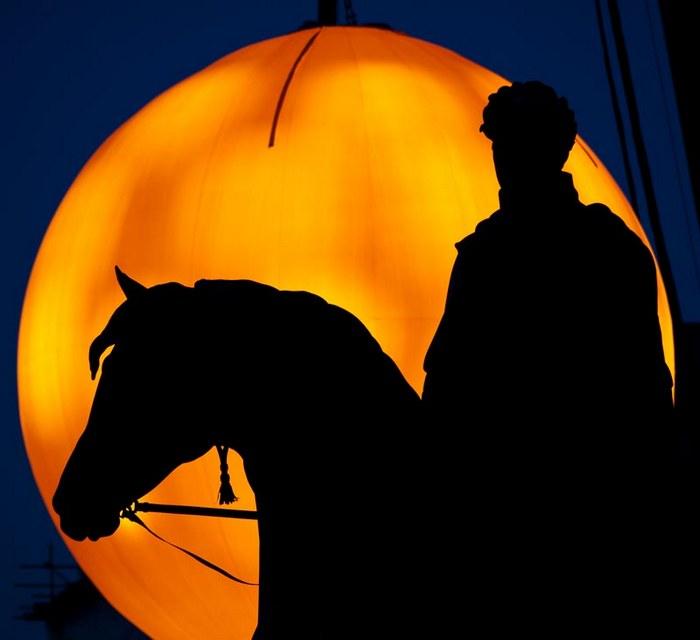 Георг IV на фоне искусственного солнца