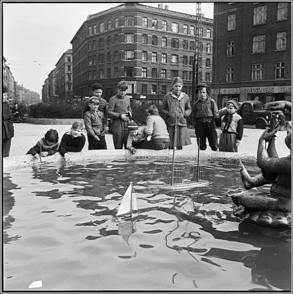 Черно-белые снимки Свена Тюрка: у фонтана