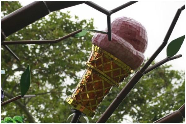 Мозаичные продукты общепита на ветках «Городского плодового дерева»