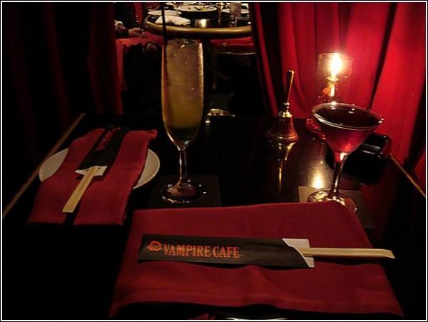 Есть ли вампиры в Японии? И из чего у них палочки в кафе?