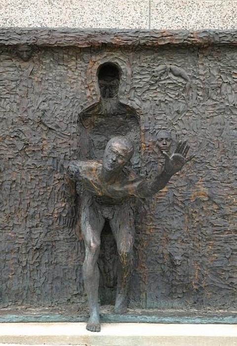 Фигура отделяется от серой массы лиц, рук и ног