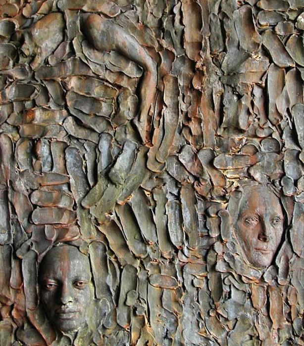 Городская скульптура Зеноса Фрудакиса: лица, вмурованные в стену