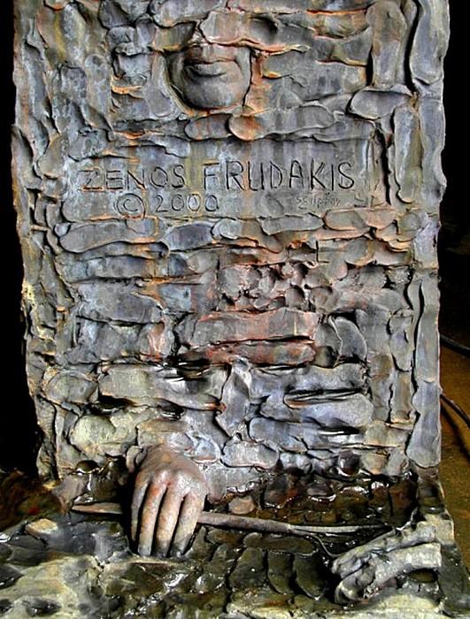 Рука скульптора и инструменты