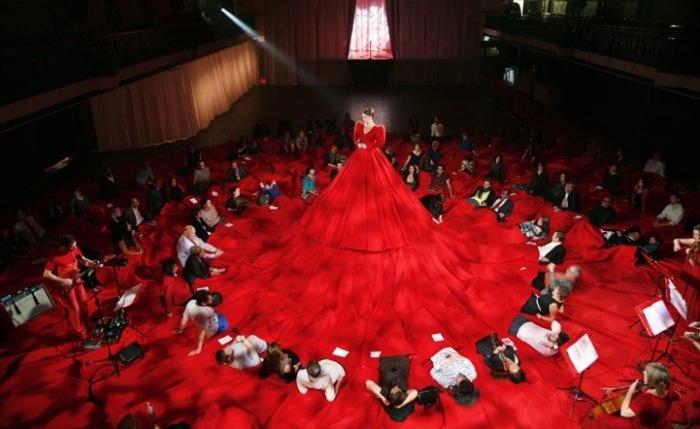 Красное концертное платье, в которое поместятся и певица, и зрители