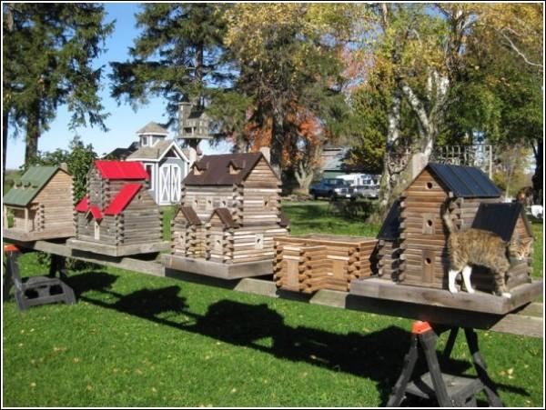 Домики для птиц выстроились в центре лужайки