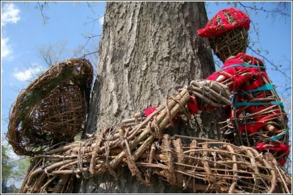 Парковая скульптура из прутьев и веток: отцы и дети