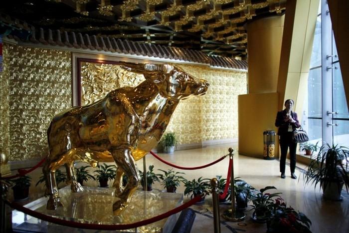 Золотой телец в холле