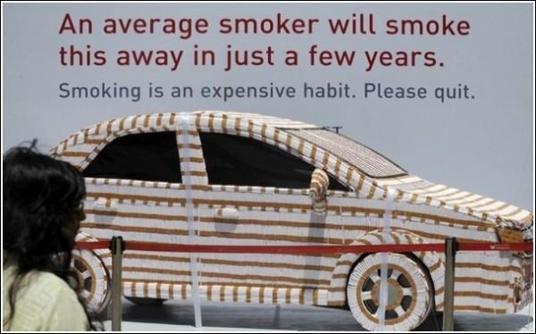 Необычная акция против курения: курить - дорого!