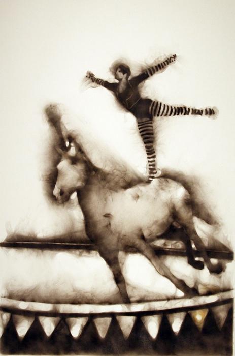 Наездница на спине лошади