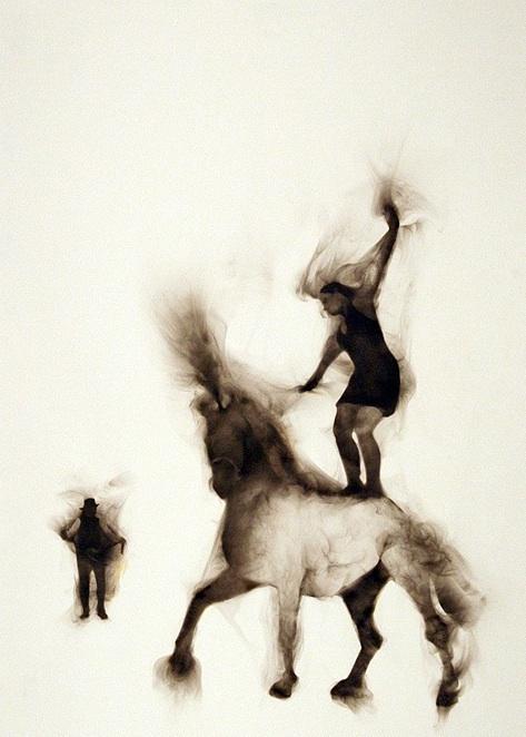 Цирковые лошади на туманной арене: фотокартины Роба Тарбелла, дорисованные дымом
