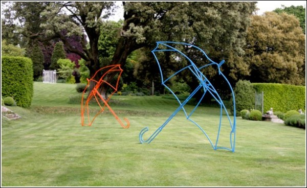 Цветные зонты на лужайке: современная скульптура Майкла Крейг-Мартина
