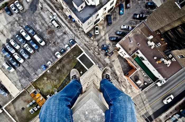 Я сижу на крыше, и я очень рад: городские фотографии Денниса Мэйтленда