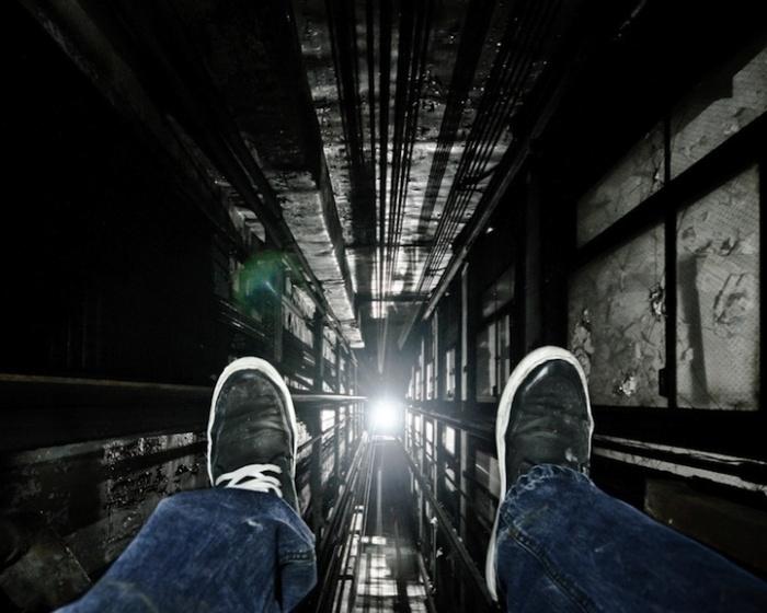 Городские фотографии Денниса Мэйтленда: шахта лифта