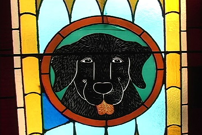 Часовня для собаки и хозяина: витражи