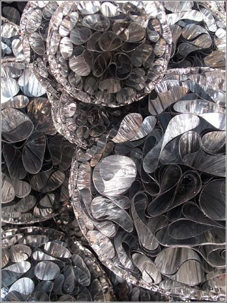 Поверхность арт-объекта переливается оттенками серого, как туча перед грозой