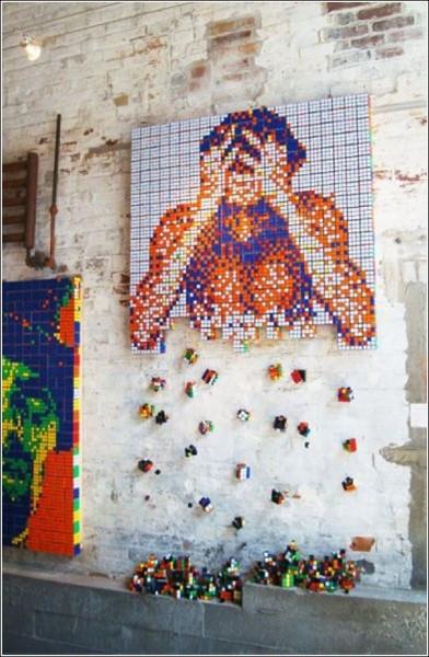 Картина «распадается» на составные части, и на пол льется кубический дождь