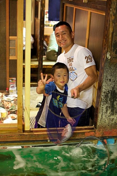 Юный рыбак тоже что-то поймал