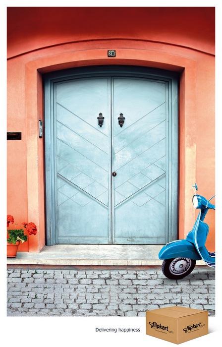 Даже дверь довольна: креативная реклама службы доставки