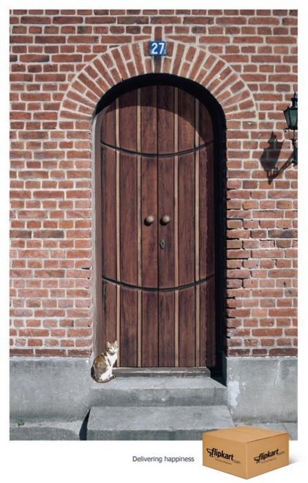 Дверь-смайлик: креативная реклама службы доставки