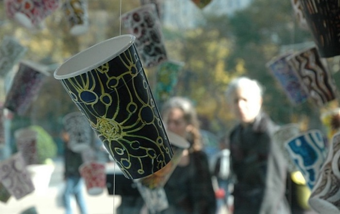 Мечта Плюшкина: инсталляция из десятков разрисованных бумажных стаканчиков
